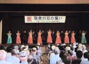 シニアチームが踊りを披露しました。